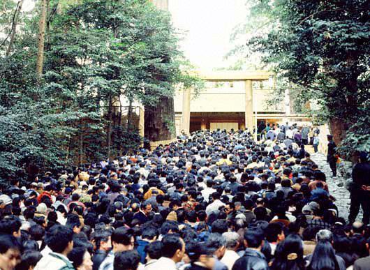 Thousands of devotees swarm to worship at Ise Jingu. Taken from Ise Jingu's website.